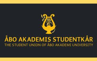 Åbo Akademis Studentkårs gula logo på mörk bakgrund