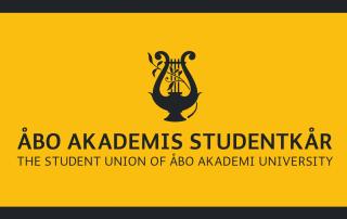 Åbo Akademis Studentkårs svarta logo på gul bakgrund