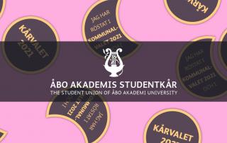 Fula halarmärkesdesigns på ljusröd bakgrund. Studentkårens logo./ Ugly overall patch designs on baby pink background. The Student Unions logo.