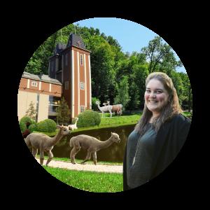 Observationsbild: Serviceexpert Amanda med alpackor utanför Havtornen.